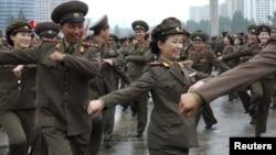 Pxenyada hərbçilər Kim Jong-Un'a Marşal rütbəsi verilməsini bayram edirlər, 18 iyul 2012