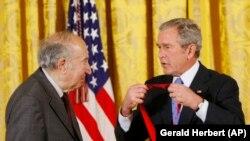 Президент США Джордж Буш-молодший вручає медаль Річарду Пайпсу (ліворуч) в Білому домі. 15 листопада 2007 року.