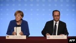 Канцлер Німеччини Анґела Меркель (ліворуч) та президент Франції Франсуа Олланд під час прес-конференції у Парижі. 2 жовтня 2015 року