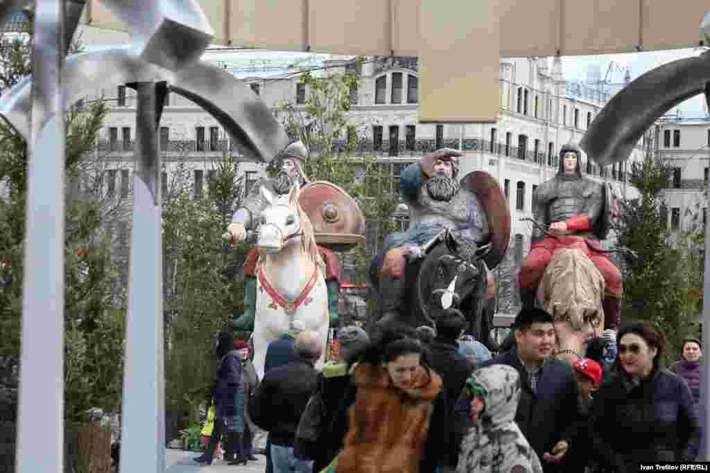На площади Революции– Три богатыря.