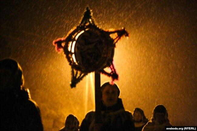 Вяскоўцы калядуюць у вёсцы Вярховічы Камянецкага раёну