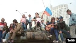 Защитники Белого дома. 20 августа 1990 г. Фото: Владимира Яцины и Валентина Кузьмина