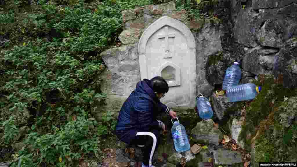Эта женщина уже не один год приезжает с мужем из-под Керчи специально за водой из монастырского источника