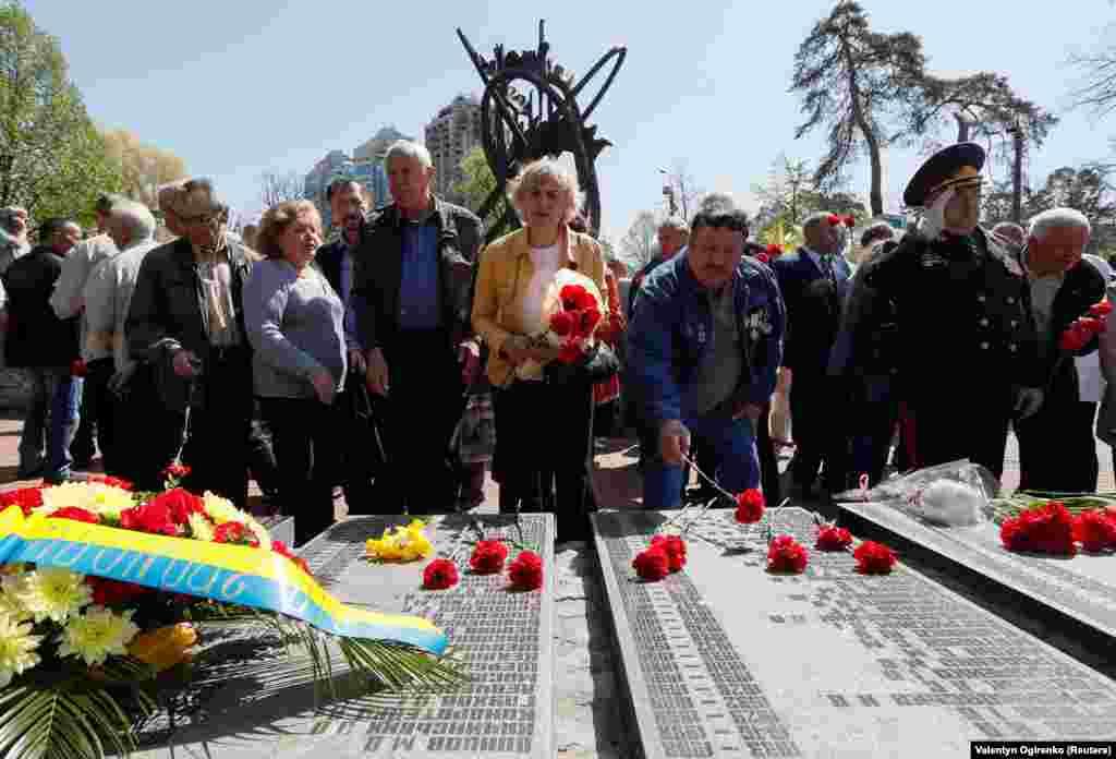 Ліквідатори та усі небайдужі на церемонії вшанування пам'яті жертв аварії на ЧАЕС, що сталася 26 квітня 1986 року. Київ, 26 квітня 2019 року