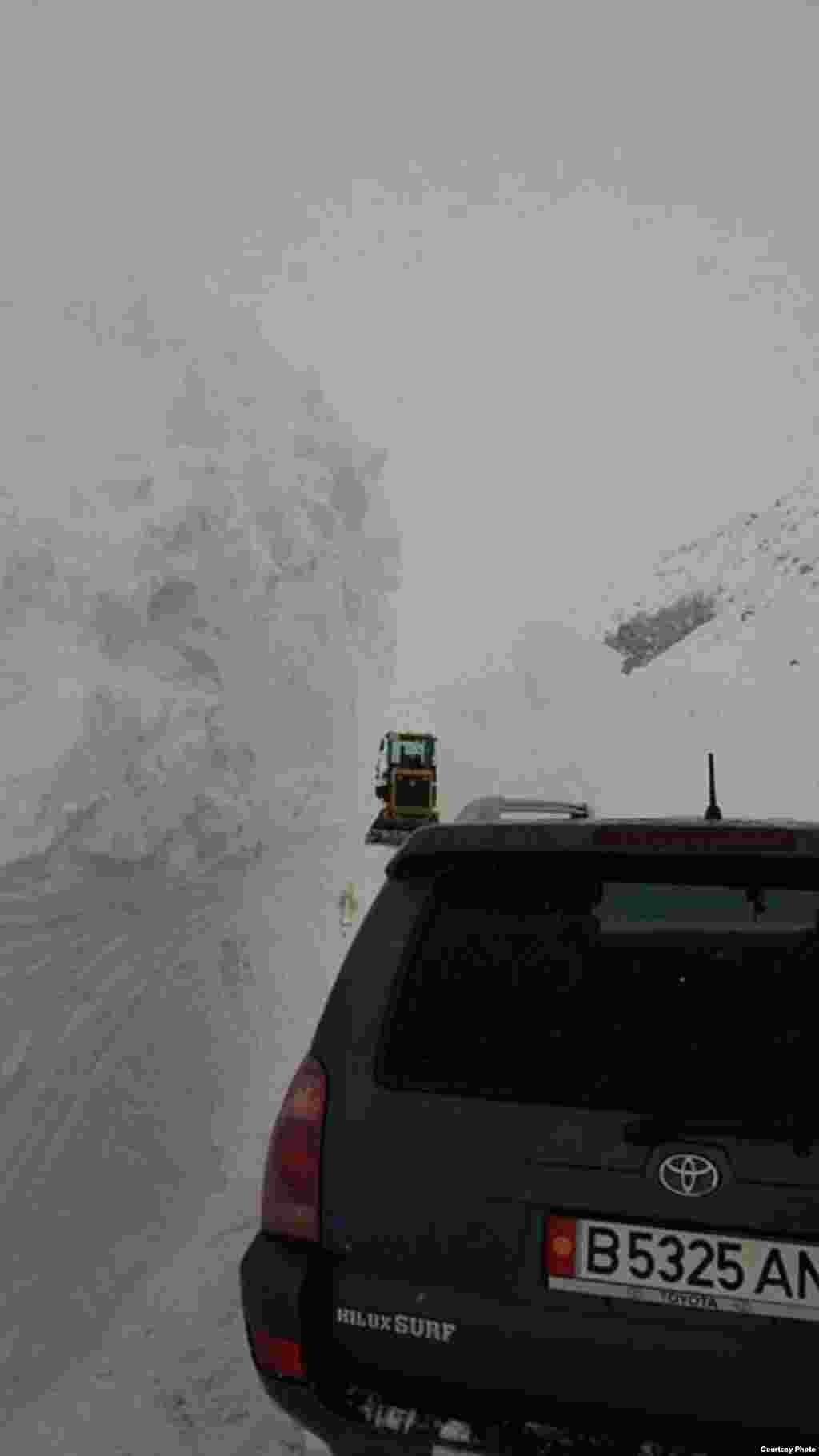 На автодорогах района сошли несколько снежных лавин, сохраняется угроза схода новых.