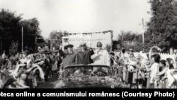 Vizita lui Ceaușescu și a aghiotanților în regiunea Galaţi (Făurei) Sursa: Fototeca online a comunismului românesc; cota: 382/1966