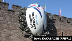 В Англии, в Уэльсе, продолжается чемпионат мира по регби. Закончился групповой этап, в четвертьфинал вышли восемь команд. Но среди них уже нет ни хозяев, команды Англии, ни сборной Грузии