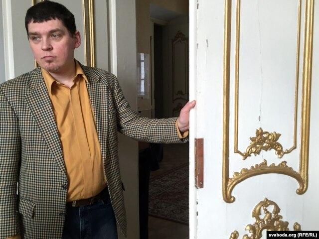 Юры Зялевіч кажа, што большасьць дзьвярэй у палацыку аўтэнтычныя