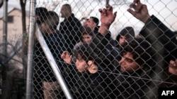 Грекияның Македониямен шекарасында іркіліп тұрған мигранттар. 1 наурыз 2016 жыл.