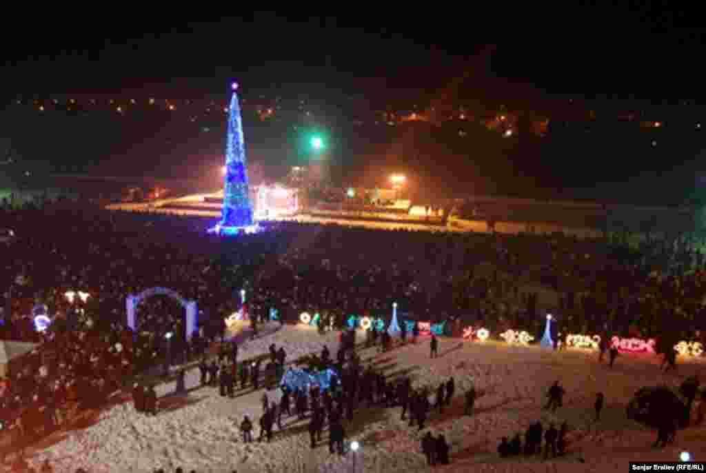 Шаар жетекчилигинин айтымында, Оштун борбордук аянтында 31-декабрь күнү саат 6дан түн жарымга чейин 50 миңдей адам келип кетти.