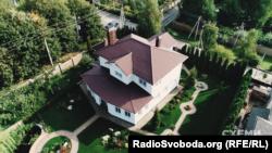 Володимир Гуцуляк мешкає з родиною у будинку подруги дружини під Києвом