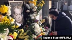 Жительница Кишинева у портрета короля Михая, выставленного посольством Румынии в Молдавии, 16 декабря 2017