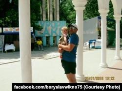 Андрей Захтей с дочкой в Саках, Крым. 5 июля 2016 года