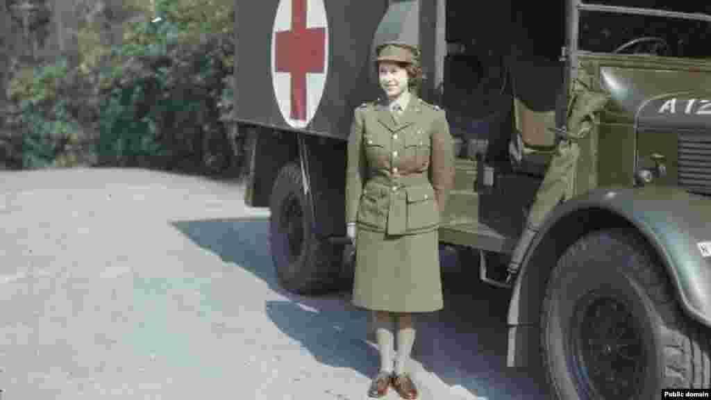 Принцеса Єлизавета (пізніше королева Великої Британії Єлизавета II) служить у допоміжному підрозділі армії, 1945 рік