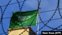 Flamuri saudit në konsullatën e Arabisë Saudite në Stamboll.