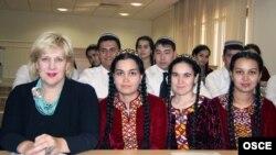 ÝHHG-niň Azat media boýunça wekili Dunýa Miýatowiç türkmen talyplary bilen.
