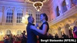 Продавці журналу і гості події танцюють під акомпанемент оркестру