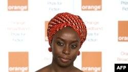 چیماماندا انگوزی آدیچیه، نویسنده جوان نیجریهای