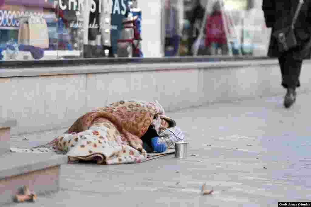 За підрахунками ЮНІСЕФ, на вулицях Грузії приблизно 2 500 безпритульних. Здебільшого вони збираються у великих торгових районах