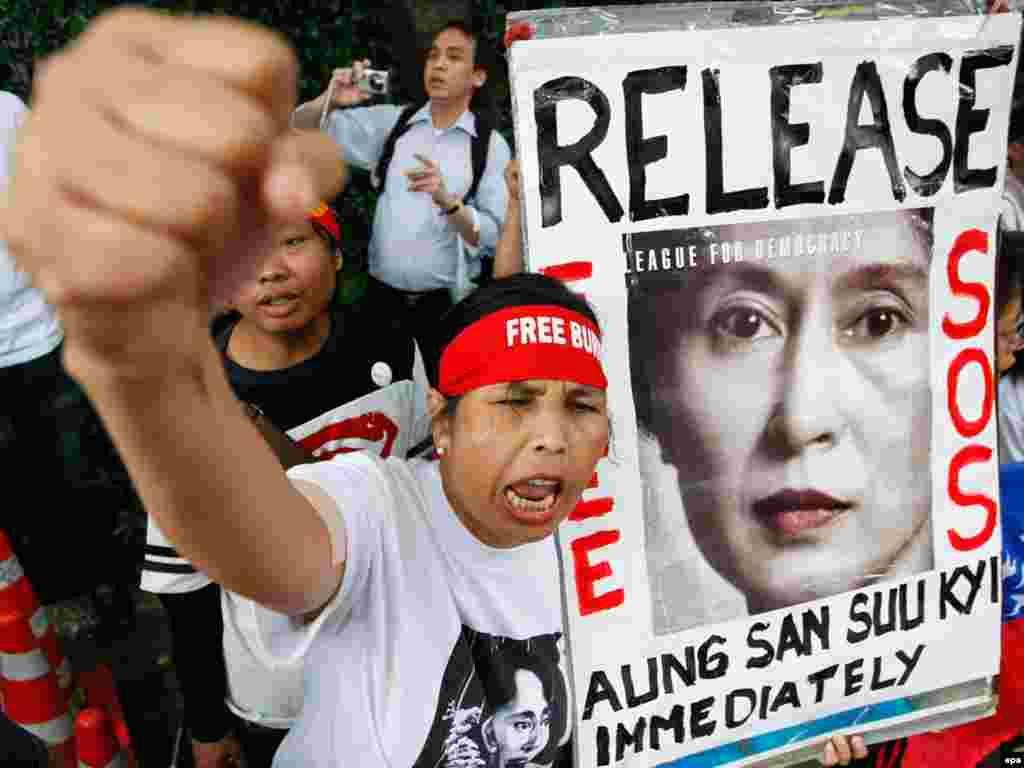 В Мьянме суд отложил до 11 августа вынесение приговора по делу лидера оппозиции Аун Сан Су Чжи. Международные правозащитники и западные страны считают этот процесс фарсом и призывают власти Мьянмы освободить лидера оппозиции