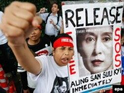 Stav Su Či, koja je i sama bila žrtva režima, prema stradanjima Rohindži izazvao je dodatno razočarenje mnogih; Foto: Protesti za oslobađanje Su Či dok je bila u pritvoru