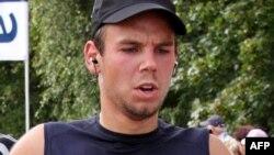 Второй пилот разбившегося самолета компании Germanwings Андреас Любиц во время участия в 16-километровом забеге в аэропорту Гамбурга. 13 сентября 2009 года.