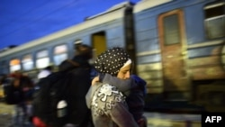 Izbeglice pri ukrcavanju u voz u Đevđeliji