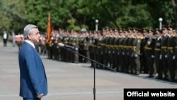 Президент Армении Серж Саргсян выступает на торжественной церемонии по поводу 20-летия основания Военного института имени Вазгена Саргсяна, Ереван, 26 июля 2014 г.