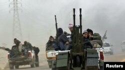 Ливиялык козголоңчулар Аждабиядан Бенгазини көздөй чегинип кетүүдө. 15-март, 2011-жыл. REUTERS.