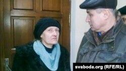 Лідзія Каваленка і Павал Левінаў, якіх не пусьцілі ў залю.
