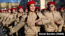 Члены «Юнармии» маршируют в российском Екатеринбурге, 25 апреля 2017 года. Иллюстрационное фото