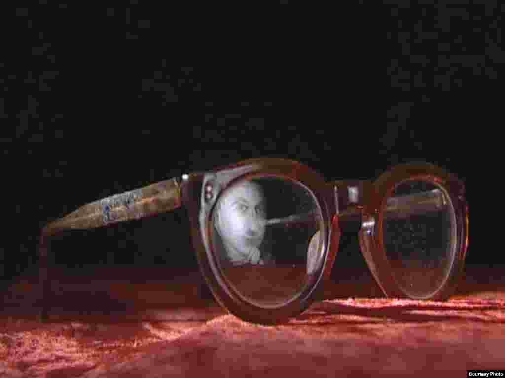 تصویر صادق هدایت در عینک بر جا مانده از وی -- برگرفته از فیلم خانه شماره ۳۷