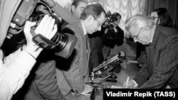 Президент Украины Леонид Кравчук дает автографы после избрания