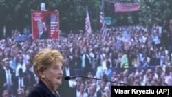 12 июни соли 2019, собиқ котиби давлатии ИМА Мадлен Олбрайт дар шаҳри Приштинаи Косово суханронӣ мекунад