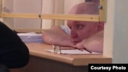 """Подсудимый Владимир Козлов, лидер оппозиционной партии """"Алга""""."""