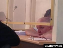 """Тіркелмеген """"Алға"""" партиясының жетекшісі Владимир Козлов сотта отыр. Ақтау, 16 тамыз 2012 жыл. Фото Twitter желісінен алынды."""