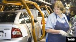"""Lada Priora көлігін құрастырып жатқан жұмысшы әйел. Ресей, Тольятти, """"АвтоВАЗ"""" зауыты, 2 қыркүйек 2009 жыл."""