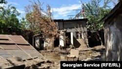 Из-за проливных дождей и селевых потоков в трех районах этого региона Грузии были затоплены десятки домов, уничтожены посевные угодья, разрушены мосты