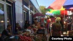 Торговый объект построен на месте прежнего рынка в центре Цхинвала в рамках Инвестпрограммы содействия социально-экономическому развитию республики на 2016 год