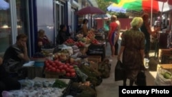 Цены на овощи и фрукты в Ленингоре в два раза выше, чем в Грузии. Цхинвальские торговцы покупают товар у ленингорцев и перепродают еще дороже. Фото автора