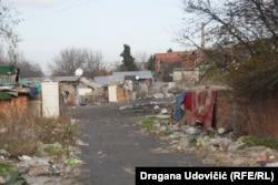 Ulica bez imena u romskom naselju Mali Leskovac