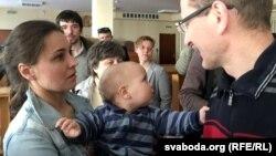 Алесь Лагвінец з жонкай і малодшым сынам у судзе, 2017 год