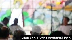 مراسم دعای یکشنبه در کلیسایی در نیس/ گروههایی از مسلمانان با حضور در کلیساهای مختلف فرانسه و ایتالیا با مسیحیان ابراز همبستگی کردند