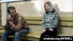 Віялета і Максім — у браніраванай шкляной клетцы Гомельскага абласнога суду