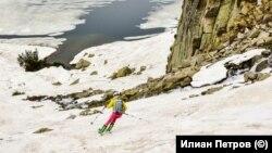 Манова се спуска по северния склон на връх Бъндеришки чукар към брега на Рибното езеро