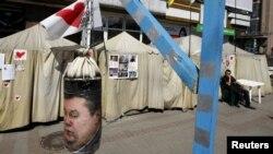 Bokserska vreća sa likom Viktora Janukoviča u ukrajinskom opozicionom kampu