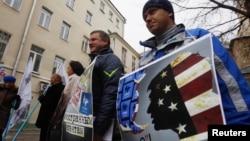 """Активисты организации """"Голос"""" протестуют перед зданием избирательной комиссии. Москва, 5 апреля 2013 года."""