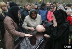 People mourn during the funeral of Timur Miller, a resident of Ulyanovsk and one of the victims of the plane crash in Egypt, at a cemetery in St. Petersburg on November 6.