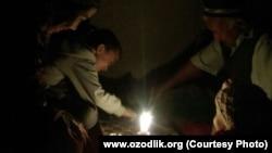 Люди во многих селах Узбекистана порой часами сидят без света и без газа.