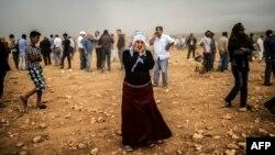 امرأة كردية سورية تنظر الى ما يجري في كوباني